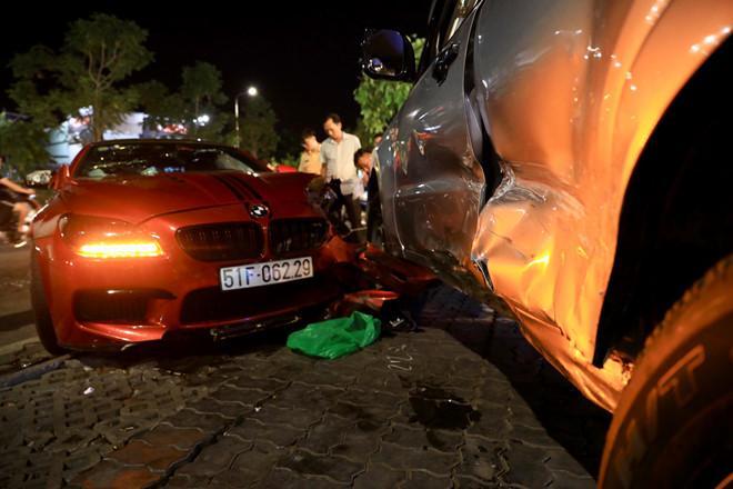 BMW phóng qua dải phân cách, tông xe máy và ôtô ở Sài Gòn-1