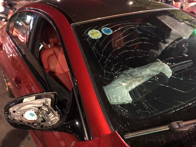 BMW phóng qua dải phân cách, tông xe máy và ôtô ở Sài Gòn-2