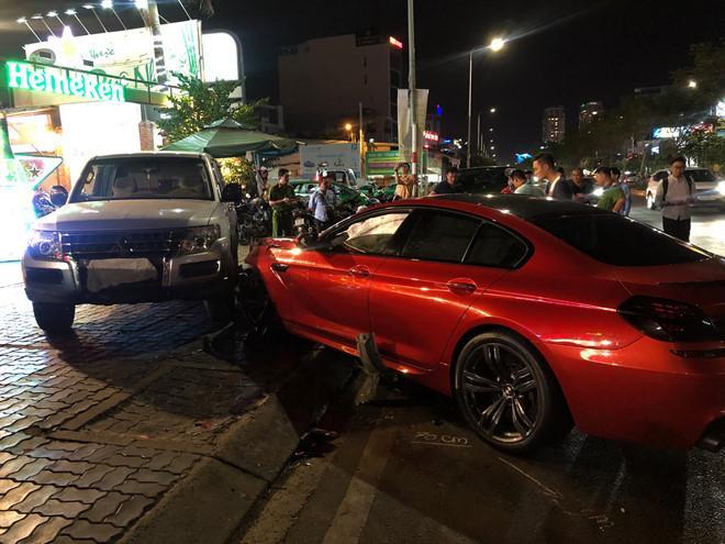 BMW phóng qua dải phân cách, tông xe máy và ôtô ở Sài Gòn-3