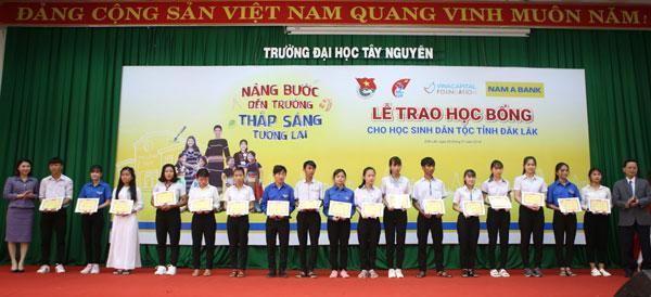 H'Hen Niê cùng Nam A Bank trao học bổng ở Đak Lak-1