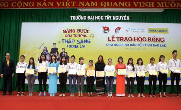 H'Hen Niê cùng Nam A Bank trao học bổng ở Đak Lak-2