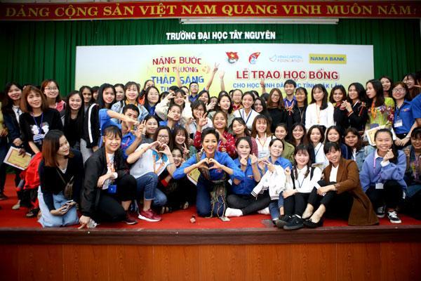 H'Hen Niê cùng Nam A Bank trao học bổng ở Đak Lak-3