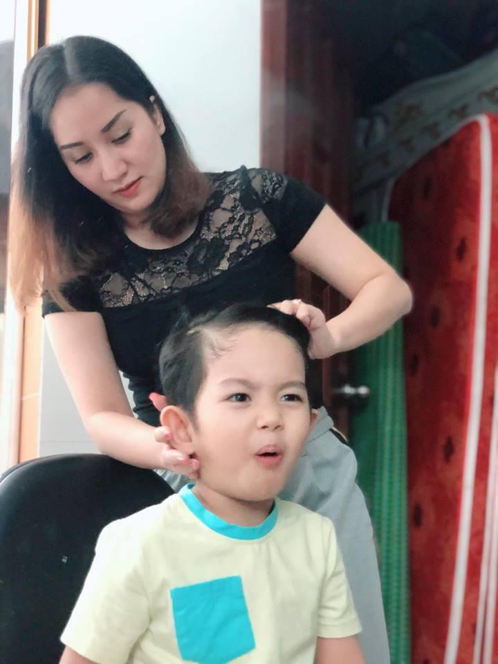 Quý tử 3 tuổi nhà Khánh Thi biểu cảm cưng ơi là cưng khi được mẹ tút tát ngoại hình-3