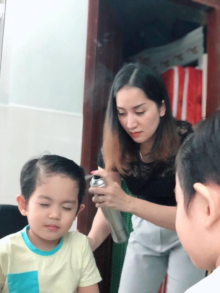 Quý tử 3 tuổi nhà Khánh Thi biểu cảm cưng ơi là cưng khi được mẹ tút tát ngoại hình-4