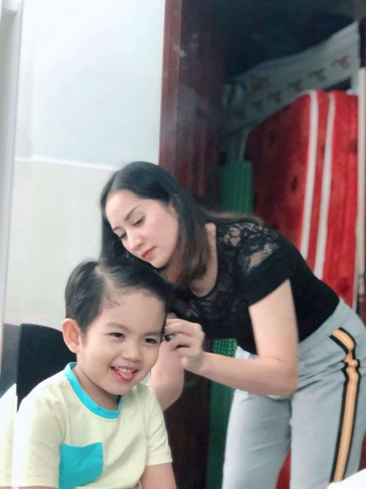 Quý tử 3 tuổi nhà Khánh Thi biểu cảm cưng ơi là cưng khi được mẹ tút tát ngoại hình-5