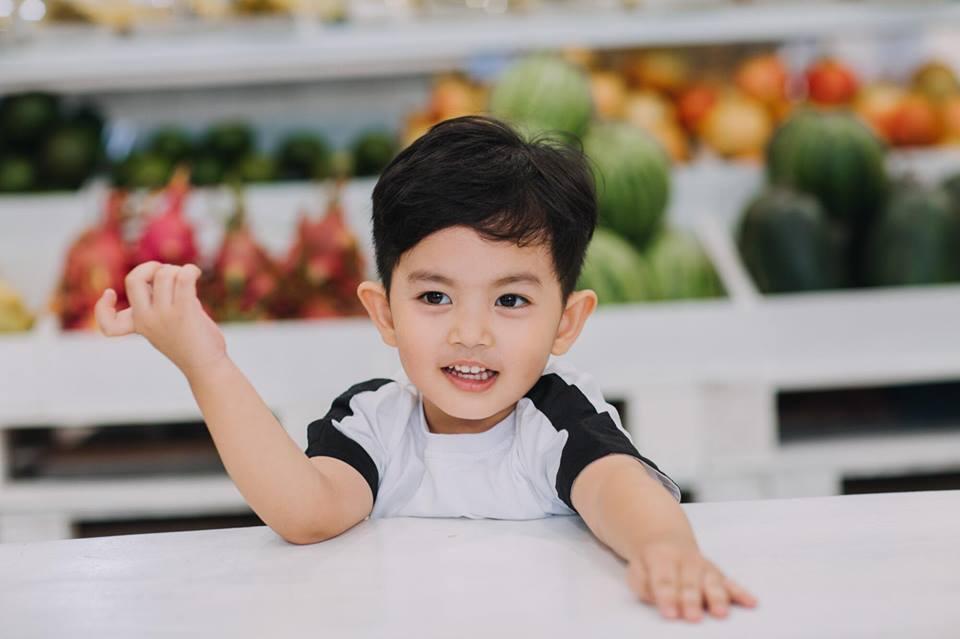Quý tử 3 tuổi nhà Khánh Thi biểu cảm cưng ơi là cưng khi được mẹ tút tát ngoại hình-10