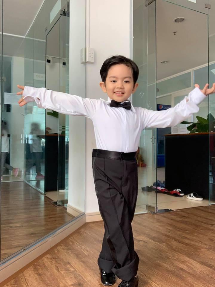 Quý tử 3 tuổi nhà Khánh Thi biểu cảm cưng ơi là cưng khi được mẹ tút tát ngoại hình-14