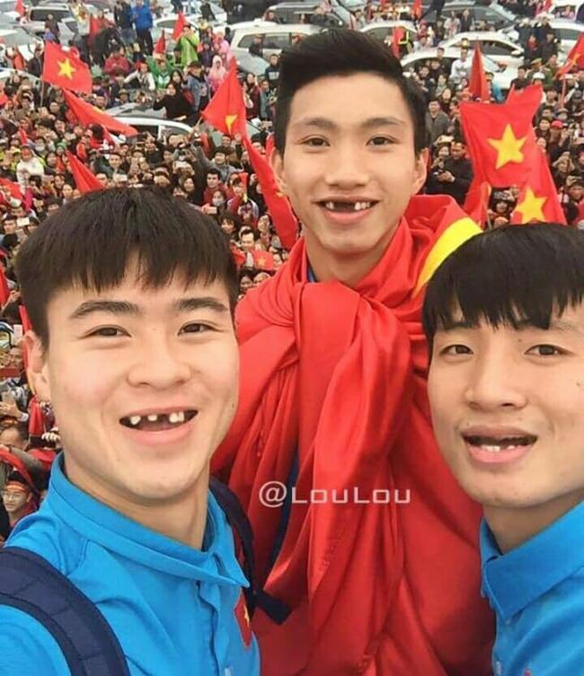 Phong độ ngời ngời khi bị chế ảnh răng móm, cầu thủ tuyển Việt Nam khiến người xem thốt lên không mê nổi-1