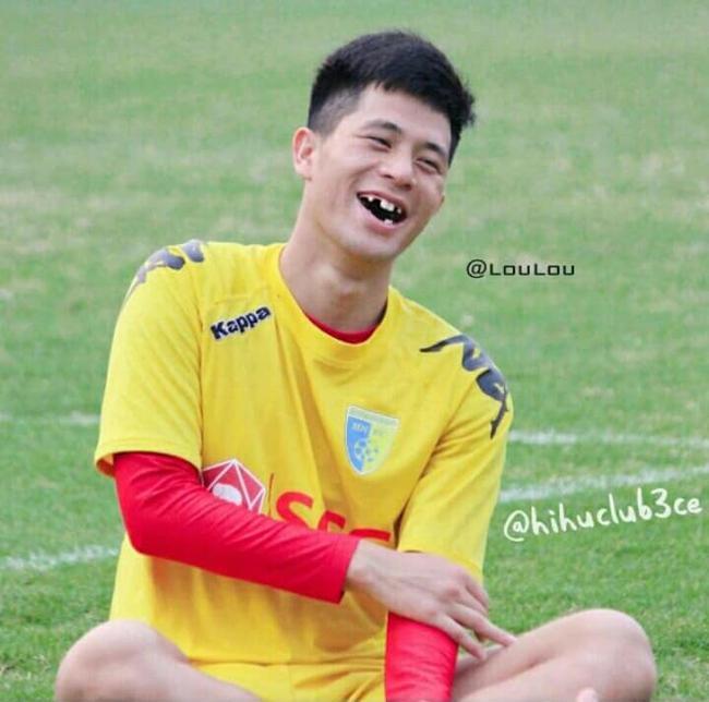 Phong độ ngời ngời khi bị chế ảnh răng móm, cầu thủ tuyển Việt Nam khiến người xem thốt lên không mê nổi-4