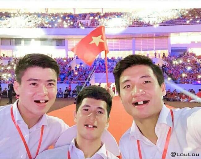 Phong độ ngời ngời khi bị chế ảnh răng móm, cầu thủ tuyển Việt Nam khiến người xem thốt lên không mê nổi-9