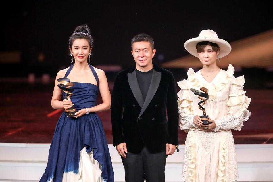 Từng bị chỉ trích vì quỵt tiền từ thiện, Dương Mịch gây bất ngờ nhận giải thưởng từ thiện của năm-3