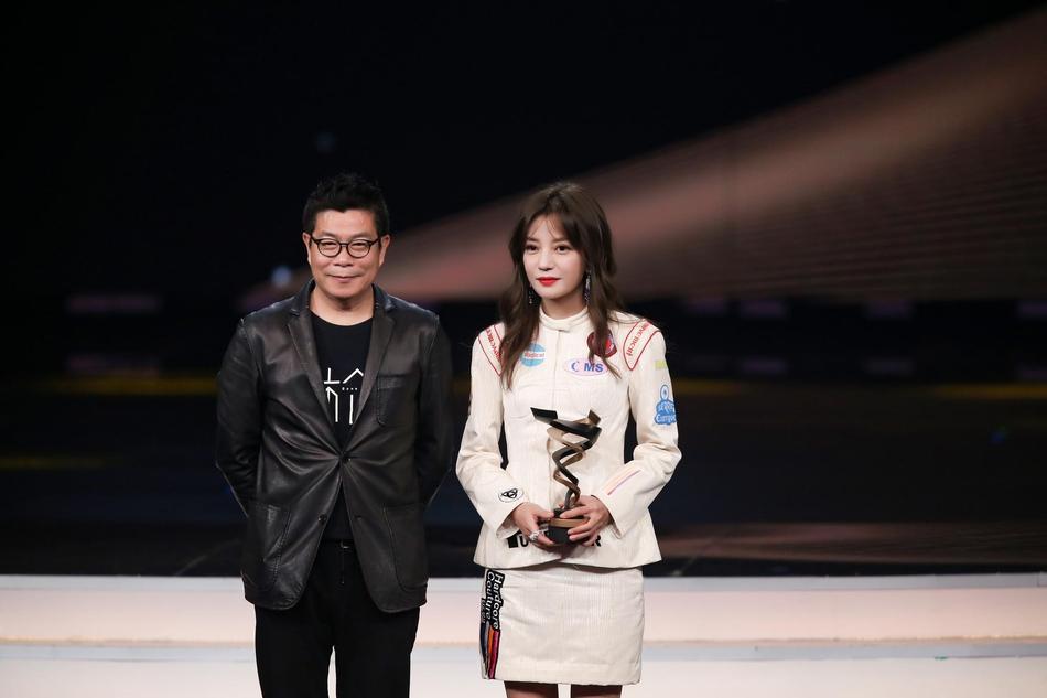 Từng bị chỉ trích vì quỵt tiền từ thiện, Dương Mịch gây bất ngờ nhận giải thưởng từ thiện của năm-4
