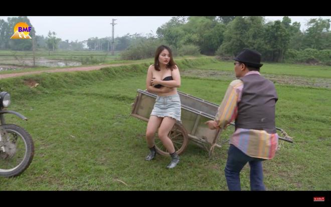 Phim hài Tết bị chê dung tục khi để nữ diễn viên tuột áo lộ ngực trần-3