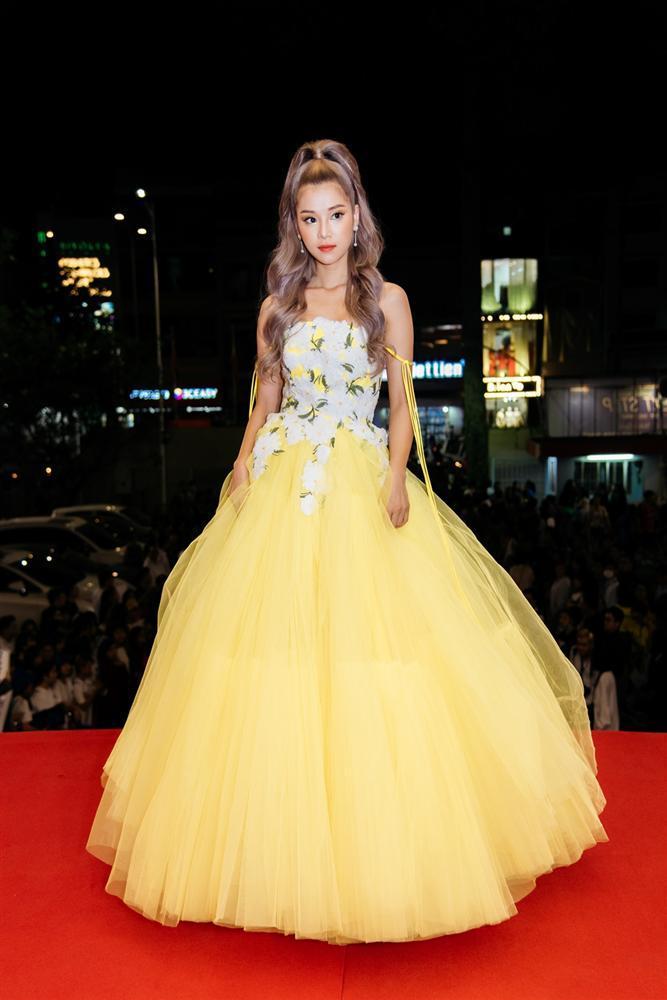Hoàng Yến Chibi xách váy chạy như bay để ăn mừng đoạt cup Làn Sóng Xanh với fan-1