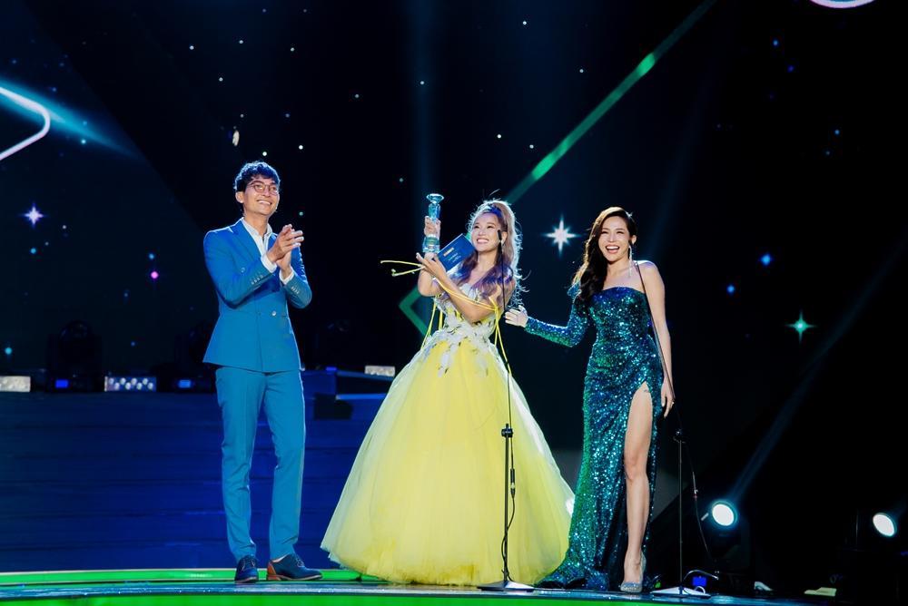 Hoàng Yến Chibi xách váy chạy như bay để ăn mừng đoạt cup Làn Sóng Xanh với fan-2