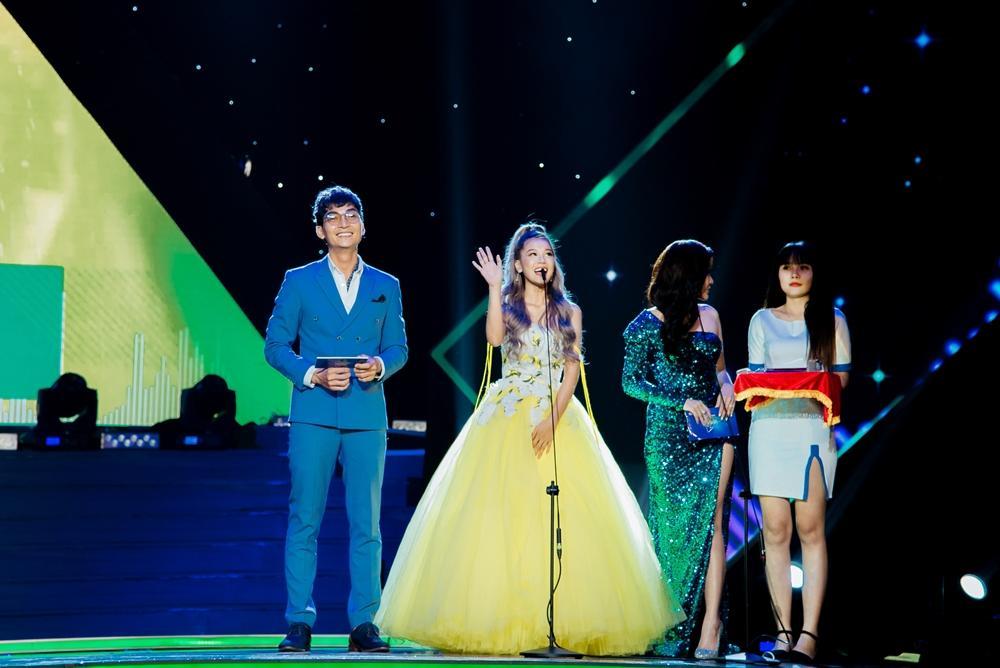 Hoàng Yến Chibi xách váy chạy như bay để ăn mừng đoạt cup Làn Sóng Xanh với fan-4