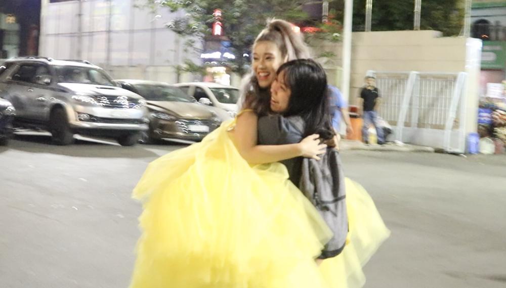 Hoàng Yến Chibi xách váy chạy như bay để ăn mừng đoạt cup Làn Sóng Xanh với fan-6