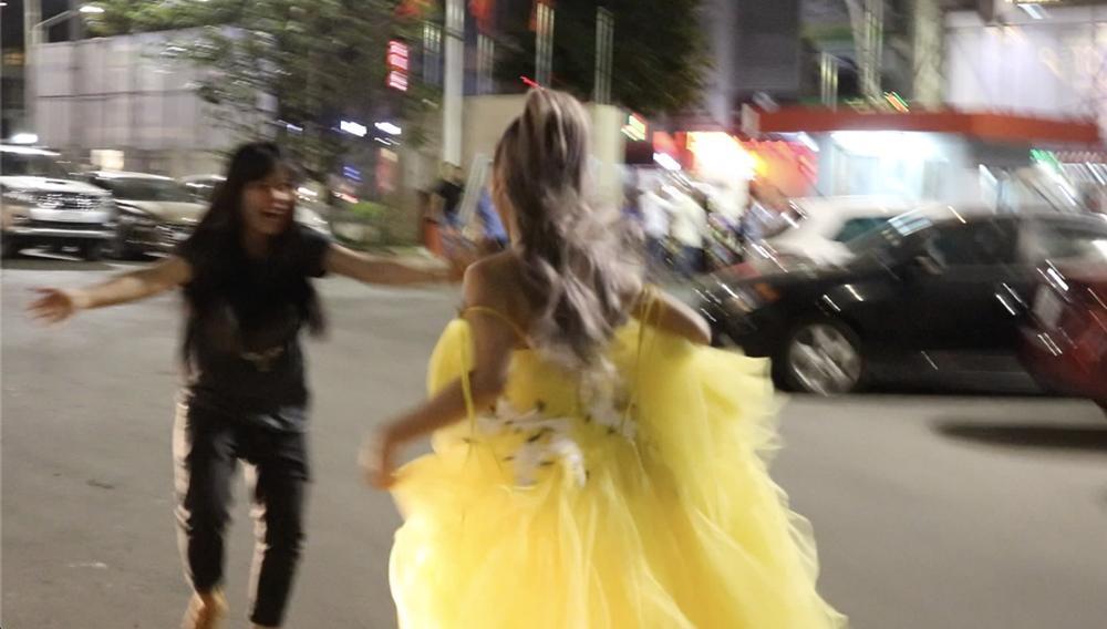 Hoàng Yến Chibi xách váy chạy như bay để ăn mừng đoạt cup Làn Sóng Xanh với fan-5