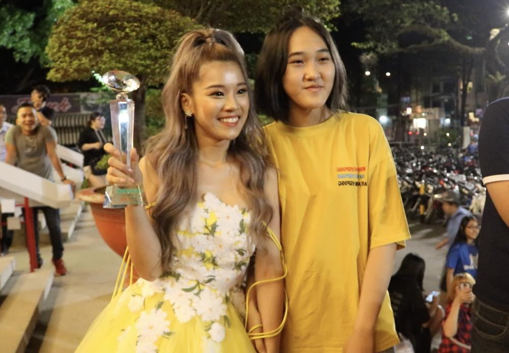 Hoàng Yến Chibi xách váy chạy như bay để ăn mừng đoạt cup Làn Sóng Xanh với fan-8