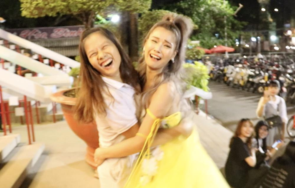 Hoàng Yến Chibi xách váy chạy như bay để ăn mừng đoạt cup Làn Sóng Xanh với fan-7