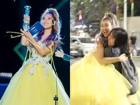 Hoàng Yến Chibi xách váy chạy như bay để ăn mừng đoạt cup Làn Sóng Xanh với fan