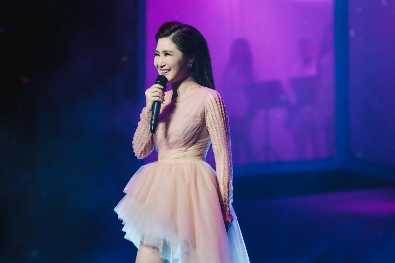 Liveshow đầu đời: Hương Tràm hát bằng hết sức bình sinh như thể ngày mai sẽ giải nghệ-1