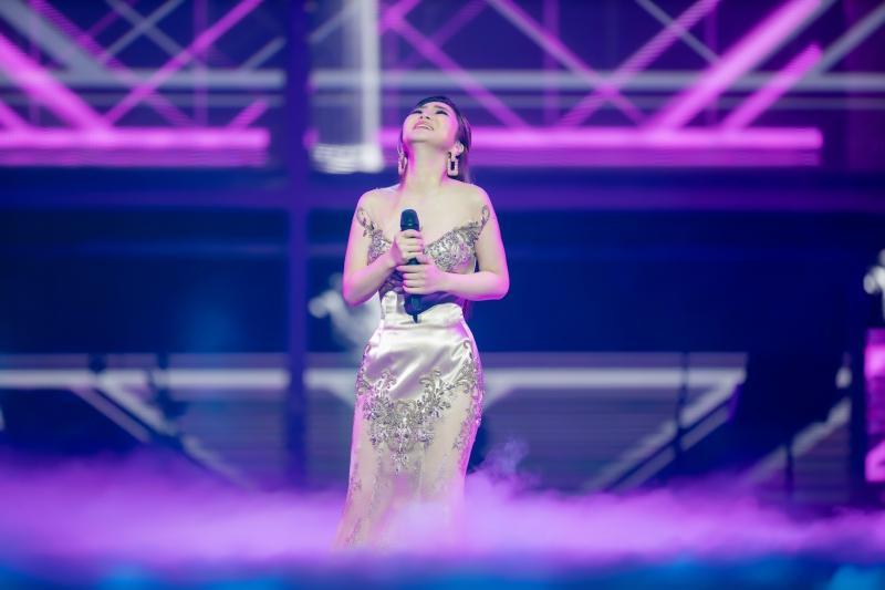 Liveshow đầu đời: Hương Tràm hát bằng hết sức bình sinh như thể ngày mai sẽ giải nghệ-4