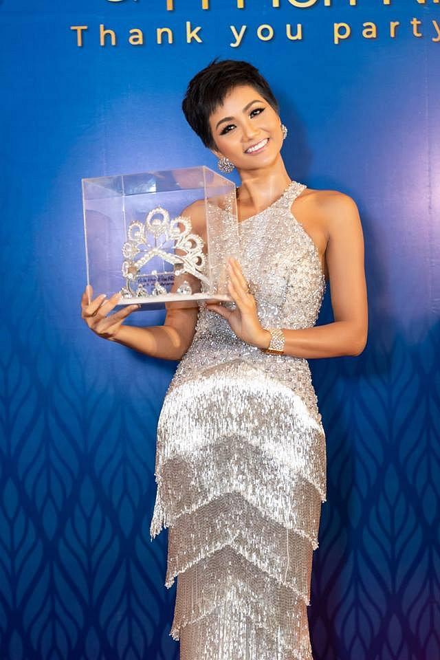 Hàng nhái của tuyệt phẩm vương miện Mikimoto xuất hiện ngày một tràn lan trong showbiz Việt-7