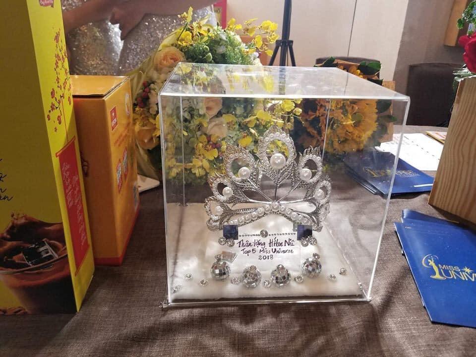 Hàng nhái của tuyệt phẩm vương miện Mikimoto xuất hiện ngày một tràn lan trong showbiz Việt-8