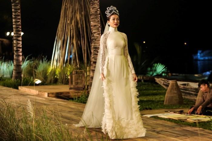 Hàng nhái của tuyệt phẩm vương miện Mikimoto xuất hiện ngày một tràn lan trong showbiz Việt-15
