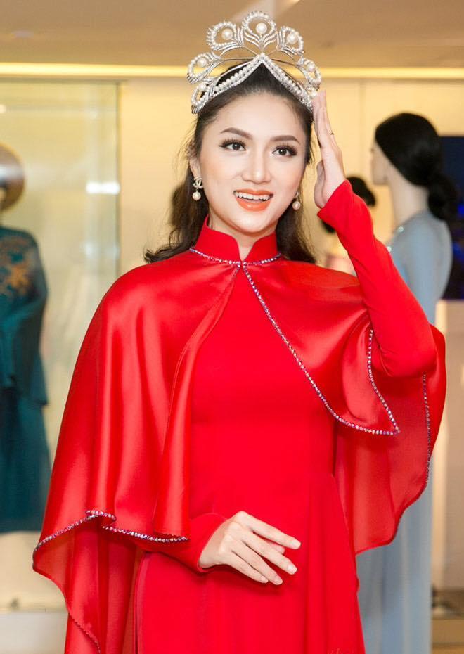 Hàng nhái của tuyệt phẩm vương miện Mikimoto xuất hiện ngày một tràn lan trong showbiz Việt-9
