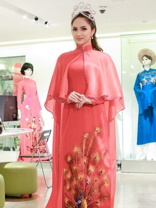 Hàng nhái của tuyệt phẩm vương miện Mikimoto xuất hiện ngày một tràn lan trong showbiz Việt-10