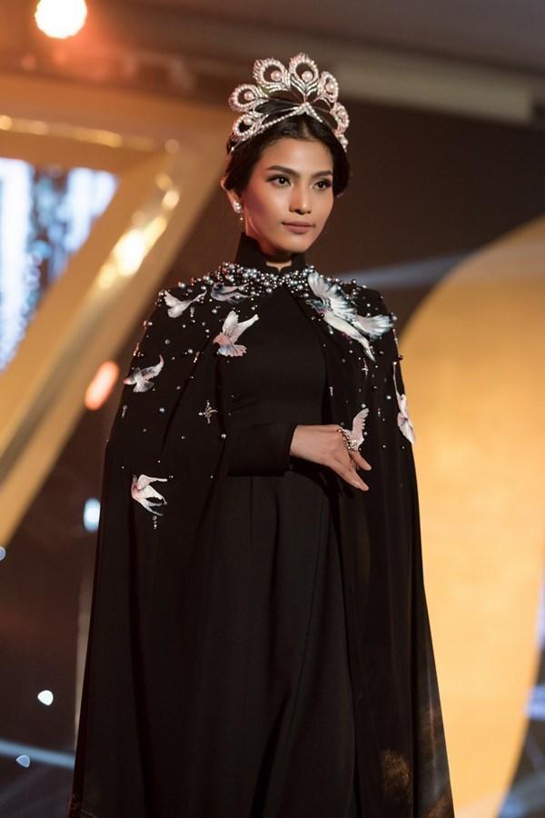 Hàng nhái của tuyệt phẩm vương miện Mikimoto xuất hiện ngày một tràn lan trong showbiz Việt-11