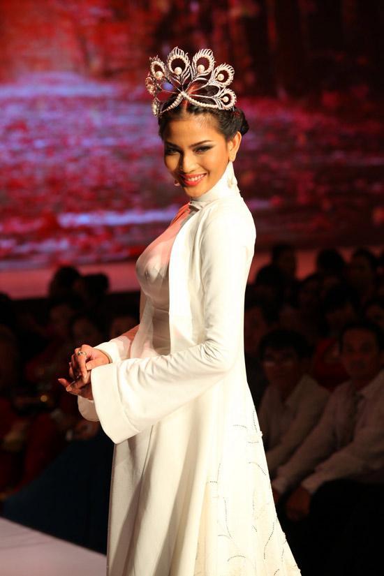 Hàng nhái của tuyệt phẩm vương miện Mikimoto xuất hiện ngày một tràn lan trong showbiz Việt-12