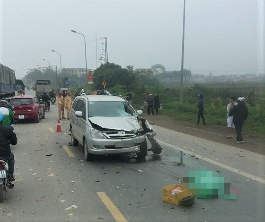 Innova tông chết 2 người khi vượt xe cùng chiều-1