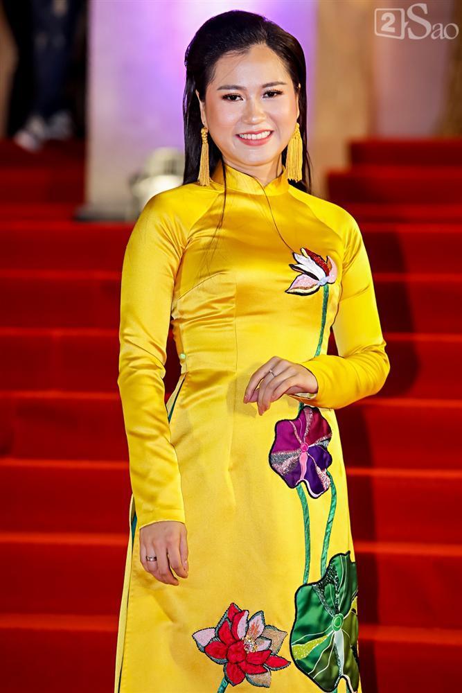 Sau nghi án bán dâm, Á hậu Thư Dung diện đầm hở bạo làm náo loạn thảm đỏ Mai Vàng 2019-12
