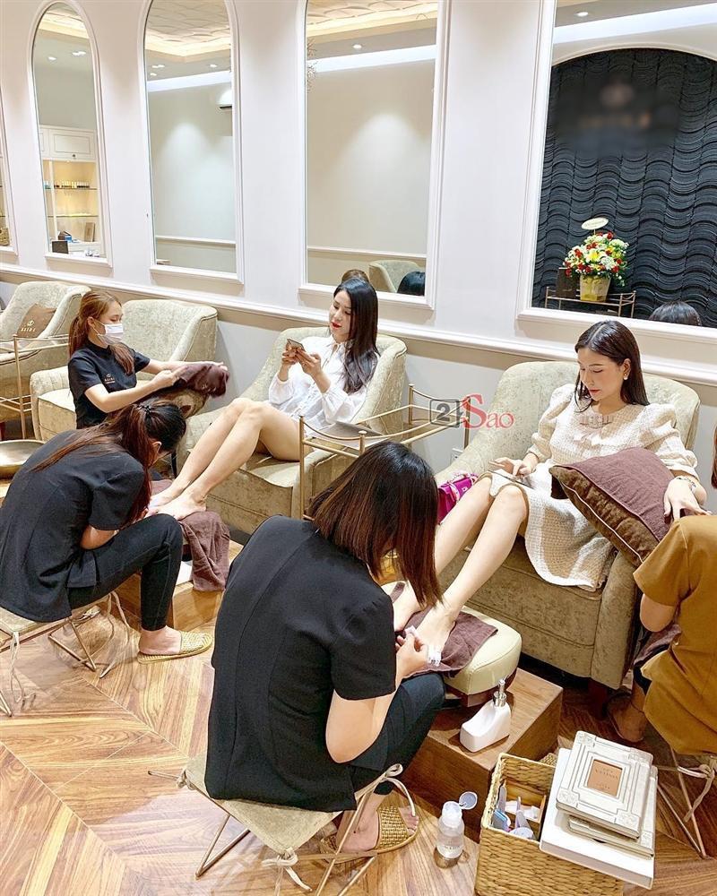Tự phục vụ khách tại tiệm nail, Hoa hậu Kỳ Duyên bị nhắc nhở đeo bao tay tránh lây nhiễm bệnh xã hội-1