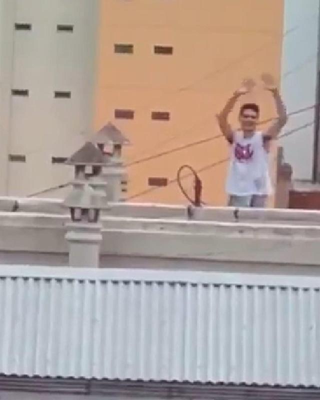 Cặp đôi gây shock khi bày trò ân ái trên sân thượng, biết có người quay lén còn thản nhiên vẫy tay chào-2