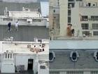 Cặp đôi gây shock khi bày trò ân ái trên sân thượng, biết có người quay lén còn thản nhiên vẫy tay chào