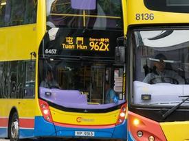 Cắt tóc cô gái ngủ trên xe buýt ở Hong Kong, một người bị bắt
