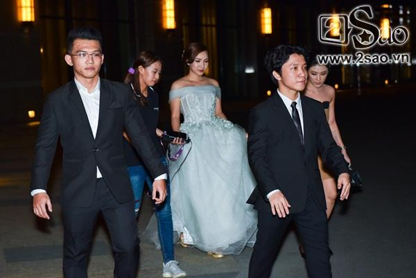 Đang diện váy cực lộng lẫy, bà xã 9X vẫn quẩy hết mình với Tiến Đạt tại tiệc cưới TP HCM-1