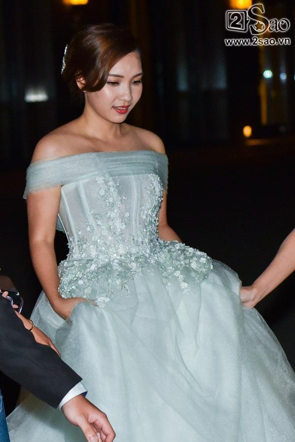 Đang diện váy cực lộng lẫy, bà xã 9X vẫn quẩy hết mình với Tiến Đạt tại tiệc cưới TP HCM-2