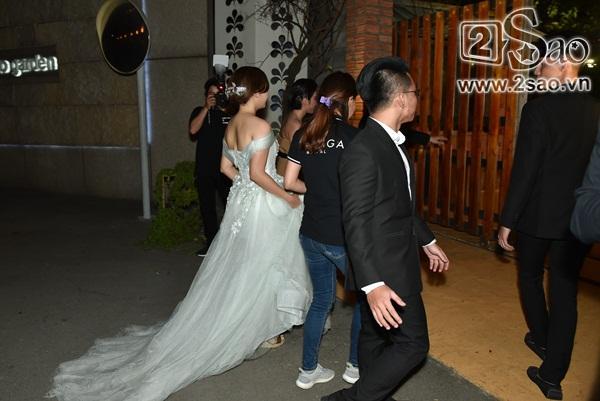 Đang diện váy cực lộng lẫy, bà xã 9X vẫn quẩy hết mình với Tiến Đạt tại tiệc cưới TP HCM-3
