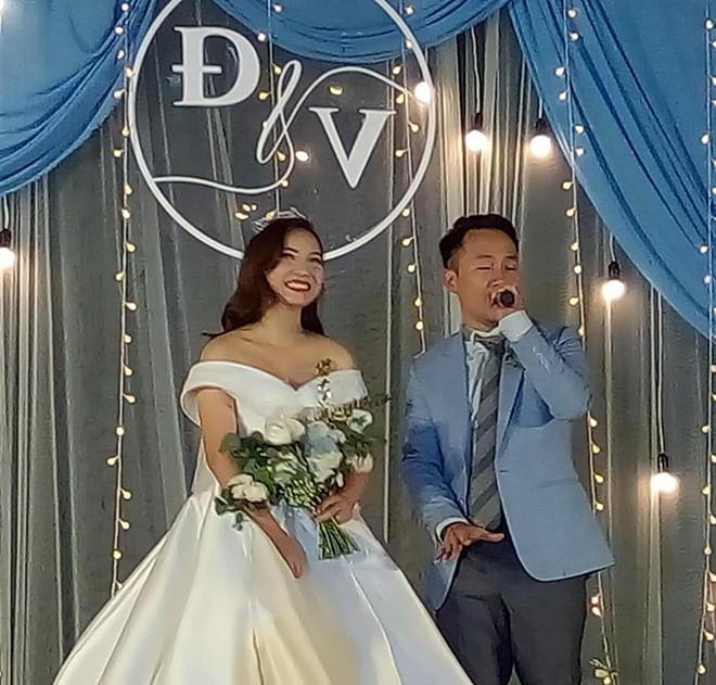 Đang diện váy cực lộng lẫy, bà xã 9X vẫn quẩy hết mình với Tiến Đạt tại tiệc cưới TP HCM-6