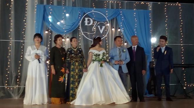 Đang diện váy cực lộng lẫy, bà xã 9X vẫn quẩy hết mình với Tiến Đạt tại tiệc cưới TP HCM-4