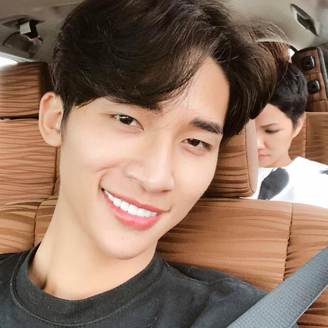 Chàng trợ lý điển trai thường bị nhầm là anh của Hoa hậu HHen Niê-5