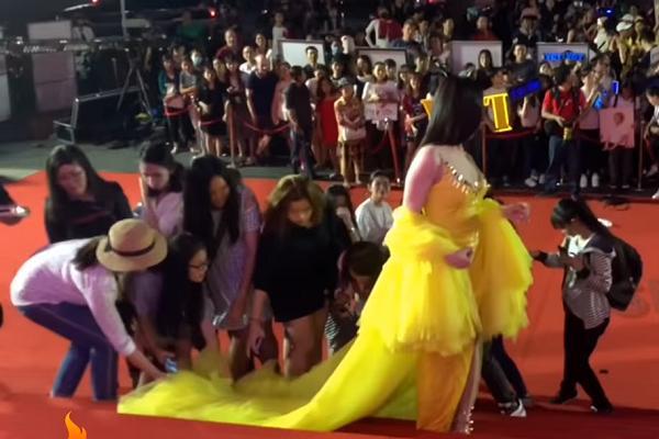Xuất hiện clip chứng minh Thư Dung thuê đội quân cổ vũ lộ liễu trên thảm đỏ Mai Vàng-8