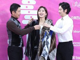 'Em gái mưa' Kim So Hyun được đàn anh che chắn vì lỡ hở vai trần trên thảm đỏ