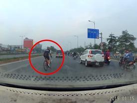 Người đi xe đạp tạt đầu nguy hiểm khiến ôtô phanh gấp