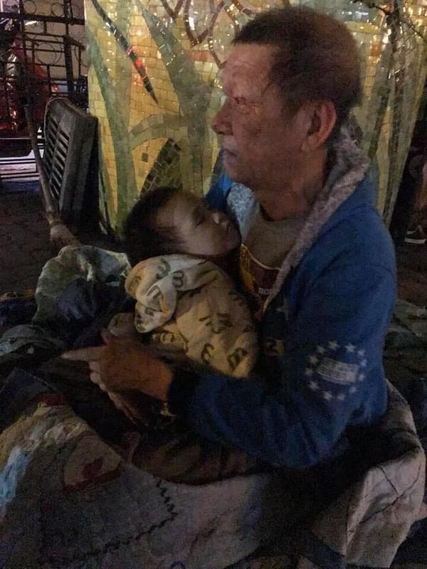 Sự thật chuyện cụ ông hơn 70 tuổi ôm bé trai 3 tuổi có bố mẹ mất vì tai nạn giao thông trong đêm rét ở Hà Nội-2